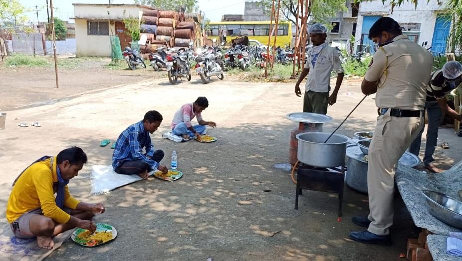 Maharashtra Policeman cook food for people.