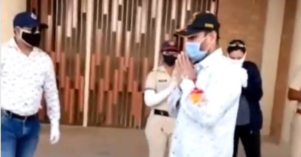 Pune policeman gets rousing welcome after defeating Corona