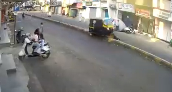 Pune autorickshaw driver accident after kicking dog on road